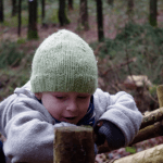 Elija genießt die Zeit im Wald.