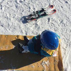 Mila mach eine Pause vom Skifahren im Schnee.