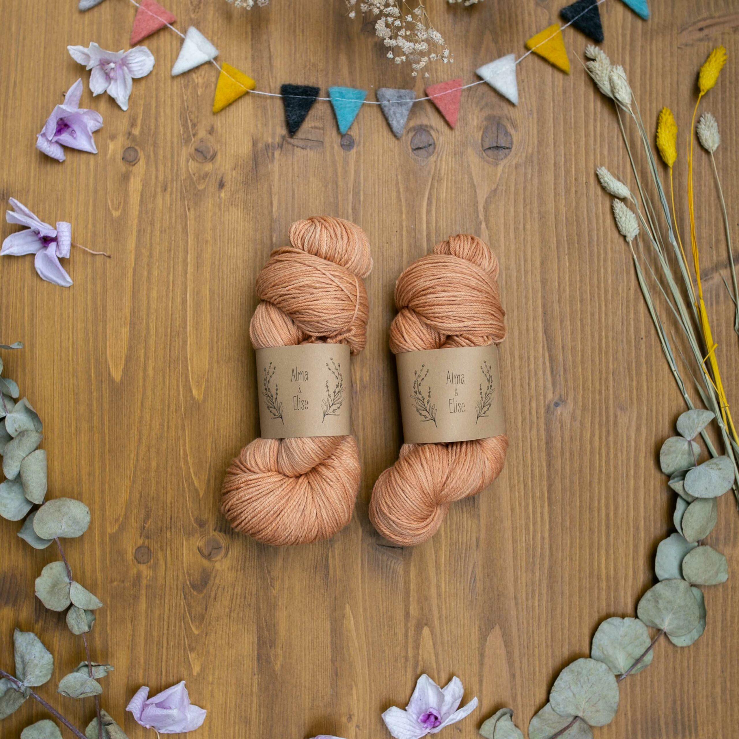 Alma & Elise - Augusta - pflanzengefärbtes Bio-Merinowollgarn in der Farbe Zwiebel - pfirsich